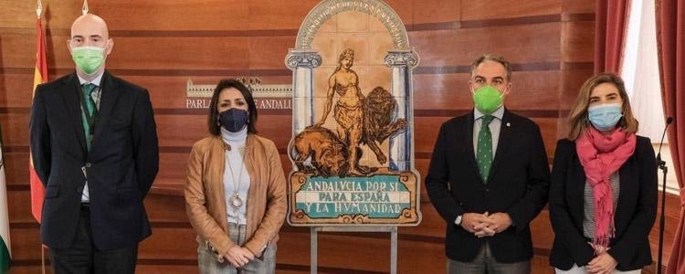 El Gobierno andaluz entrega al Parlamento una réplica del escudo de la Casa de Blas Infante
