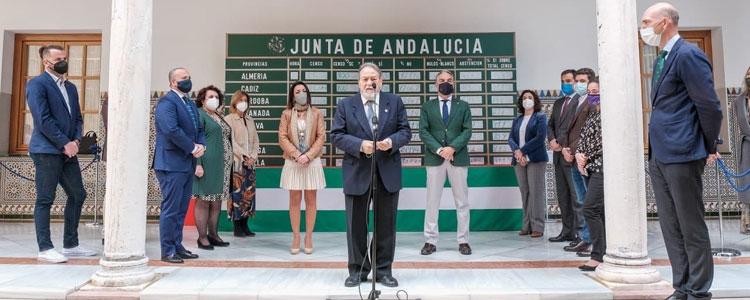 El Parlamento de Andalucía recibe una réplica de la pizarra del referéndum 28F donada por el Centro de Estudios Andaluces