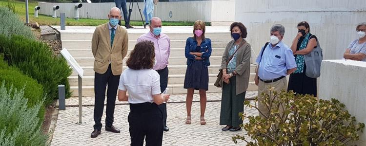Miembros de la Fundación Blas Infante visitan los jardines de la Casa de la Alegría tras su reciente remodelación