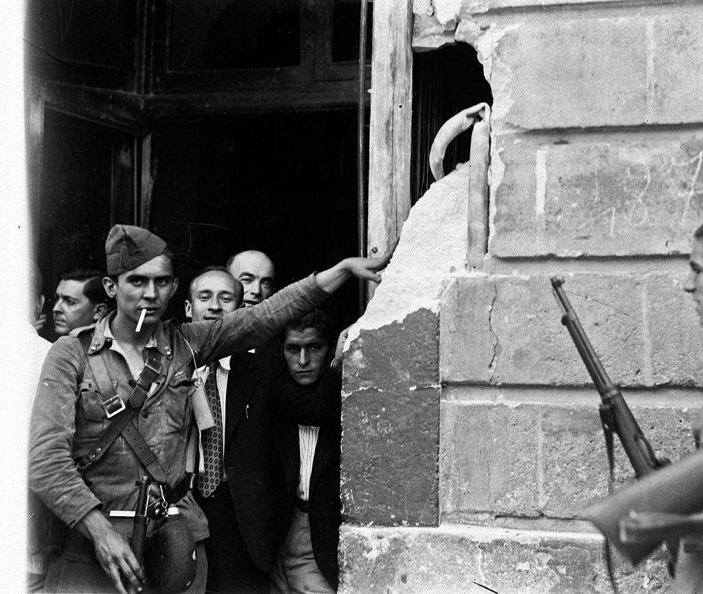 Impacto de un obús en el Hotel Inglaterra de Sevilla disparado por los golpistas durante el asalto a los centros oficiales de la Plaza Nueva (Telefónica, Gobierno Civil...) (julio de 1936)