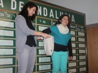 Lucía, del colegio 'Hernán Cortés de Castilleja de la Cuesta, escogiendo los ganadores del sorteo.