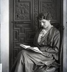 Zenobia leyendo