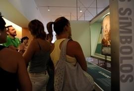 Visitas recorriendo el museo