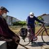 © Susana Girón. Andrés, de 90 años, y Paco, de 92, salen a pasera en la franja horaria asignada para respetar las restricciones a la movilidad impuestas por el Estado de Alarma. Huéscar (Granada), 20 de mayo de 2020.